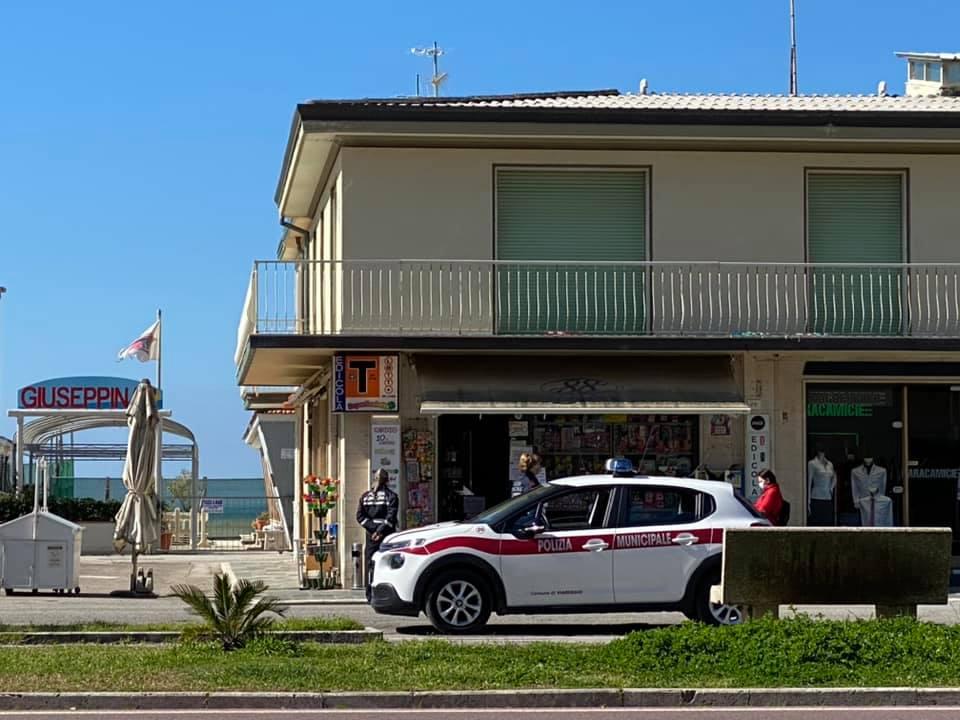 Coronavirus, giro di vite a Viareggio: 10 denunce a persone a giro senza motivo e ammenda a un negozio