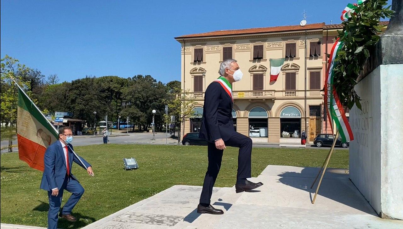 25 aprile, il sindaco di Viareggio deposita una corona al monumento dei caduti
