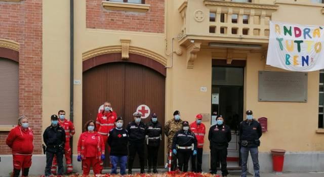 La Croce Rossa omaggia le forze dell'ordine e i vigili del fuoco della Versilia