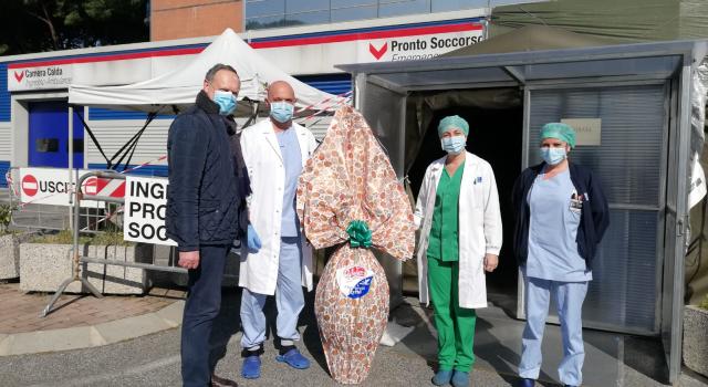 """Uova di Pasqua in dono anche ai medici dell'ospedale """"Versilia"""" in prima linea contro il Coronavirus"""
