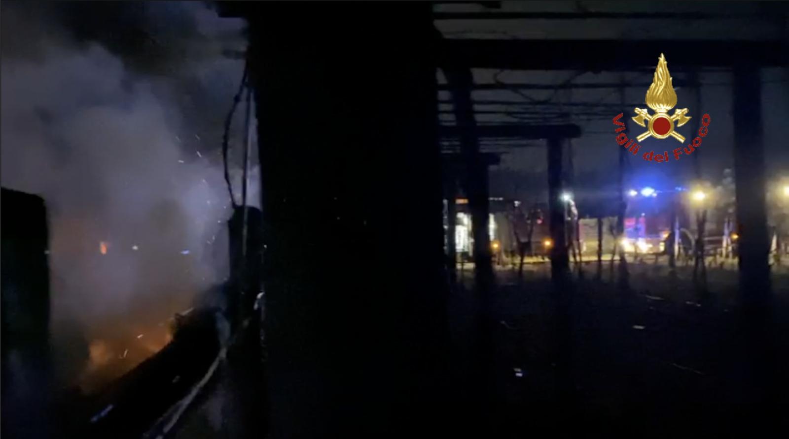 Baracche a fuoco nella notte in via della Fontanella: il bestiame avvolto nelle fiamme