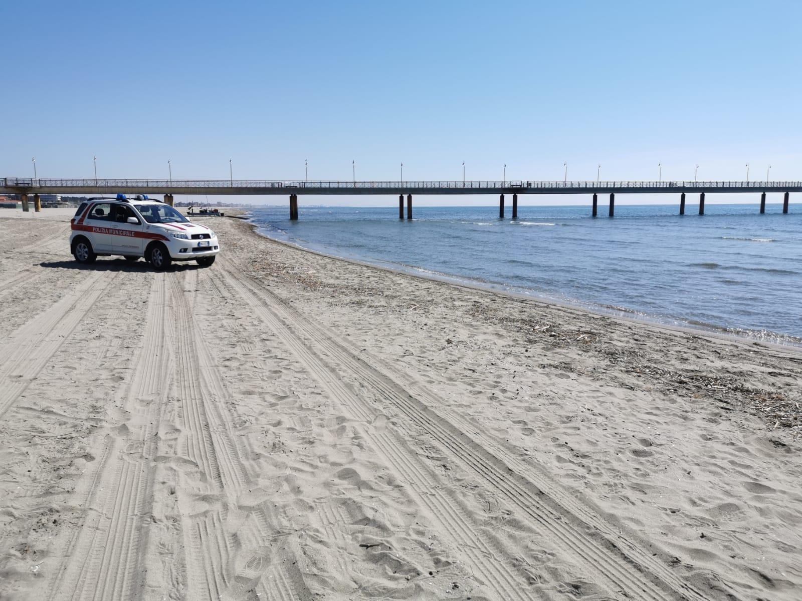 Covid 19, spiaggia deserta a Marina di Pietrasanta: la Municipale presidia l'arenile (VIDEO)