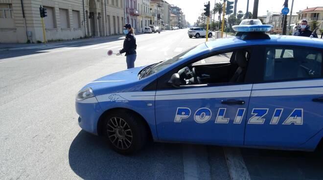In spiaggia a prendere il sole offendono i poliziotti: multate e denunciate