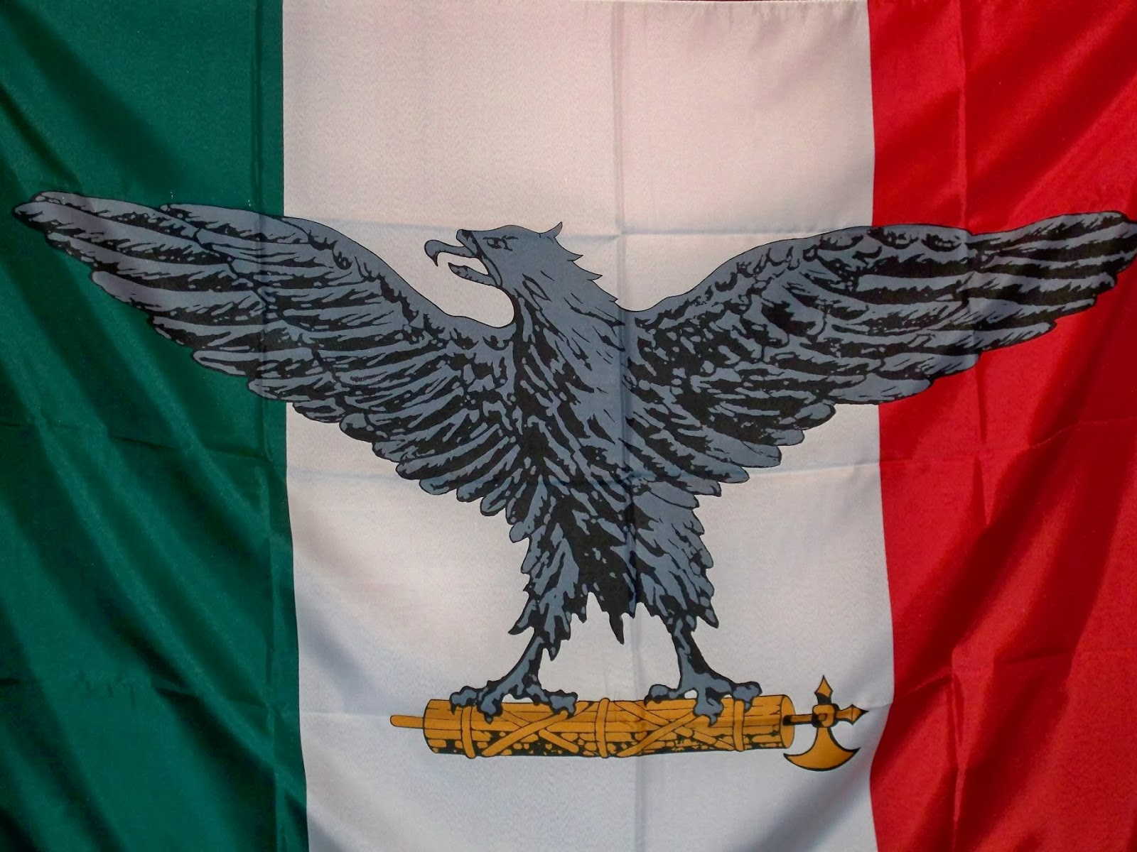 Bandiera della Repubblica Sociale alla finestra, scatta la denuncia