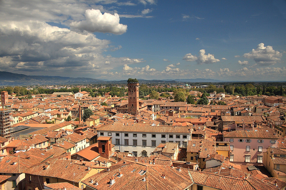 Dalla Torre al cielo. A Lucca, in tempo di lockdown, il concerto dell'1 maggio si fa sulla Torre Guinigi,