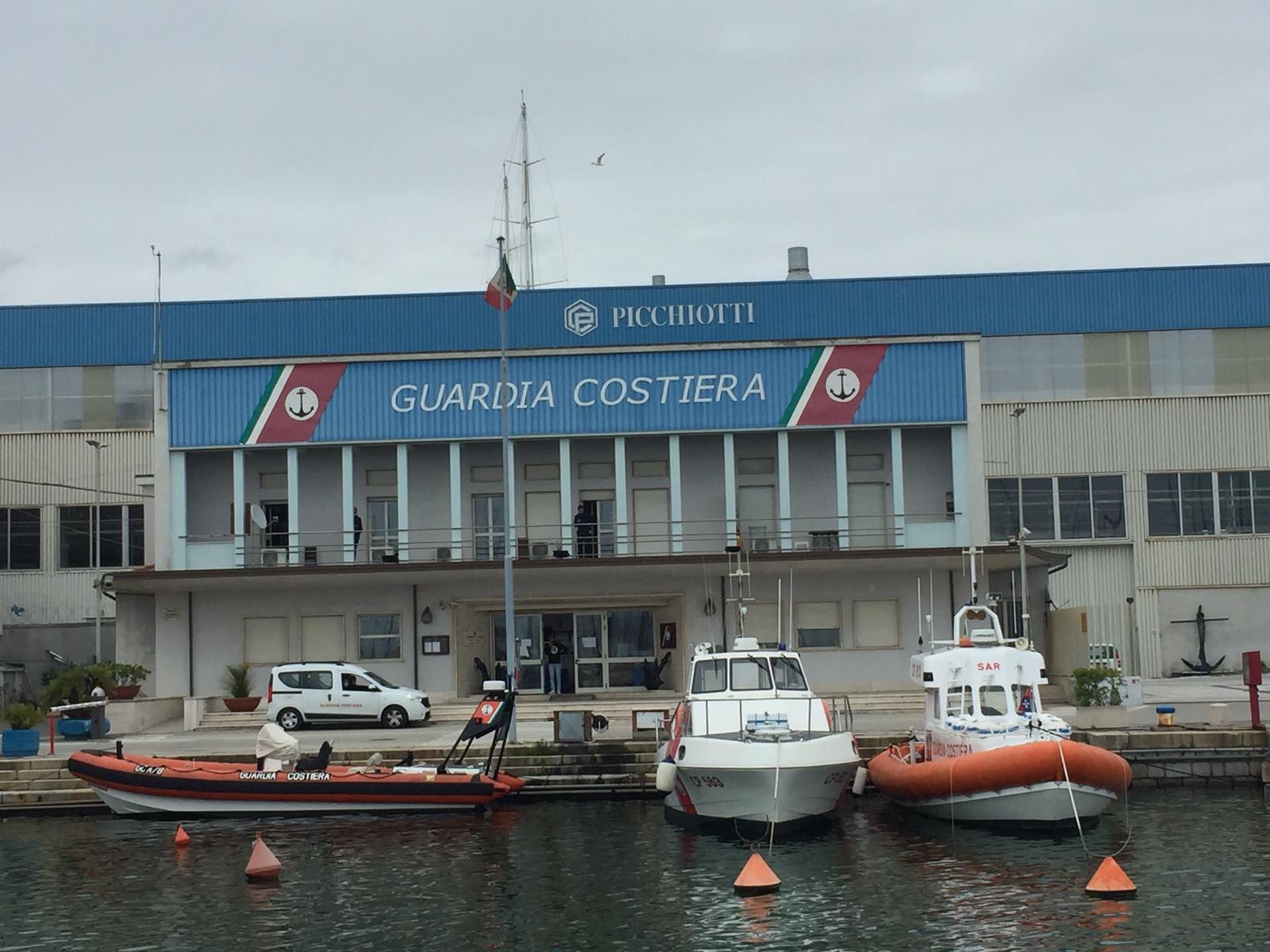Un abbraccio ai lavoratori del mare con le sirene delle navi e delle motovedette in porto a Viareggio