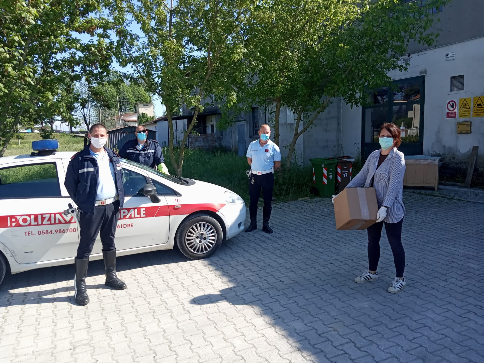 La ditta Nostrum regala 750 mascherine ai vigili urbani di Camaiore