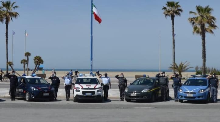 Anche le forze dell'ordine di Viareggio hanno onorato l'agente scelto Pasquale Apicella ucciso a Napoli