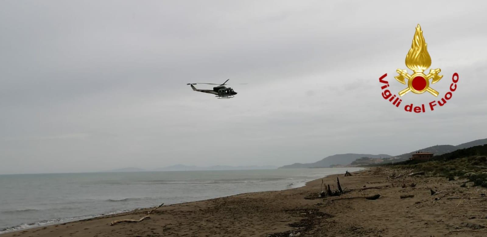 Disperso sulla costa grossetana, si cerca ancora: in volo anche l'elicottero Drago