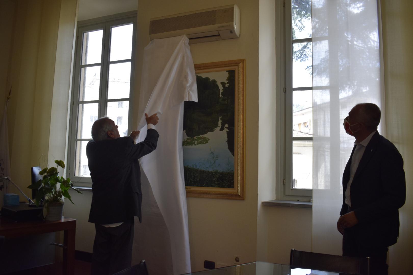 L'artista Romeo Tani dona un quadro al Comune di Massarosa