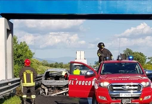 Auto a fuoco sulla A11