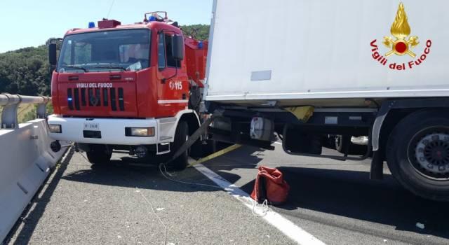 Mezzo pesante si intraversa in autostrada