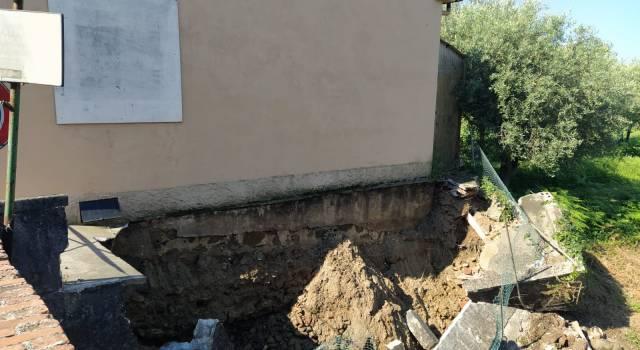 Crolla un muretto lungo il canale, inagibile la sede di un partito a Massarosa