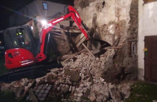 Crolla un muro e il tetto: nessun ferito