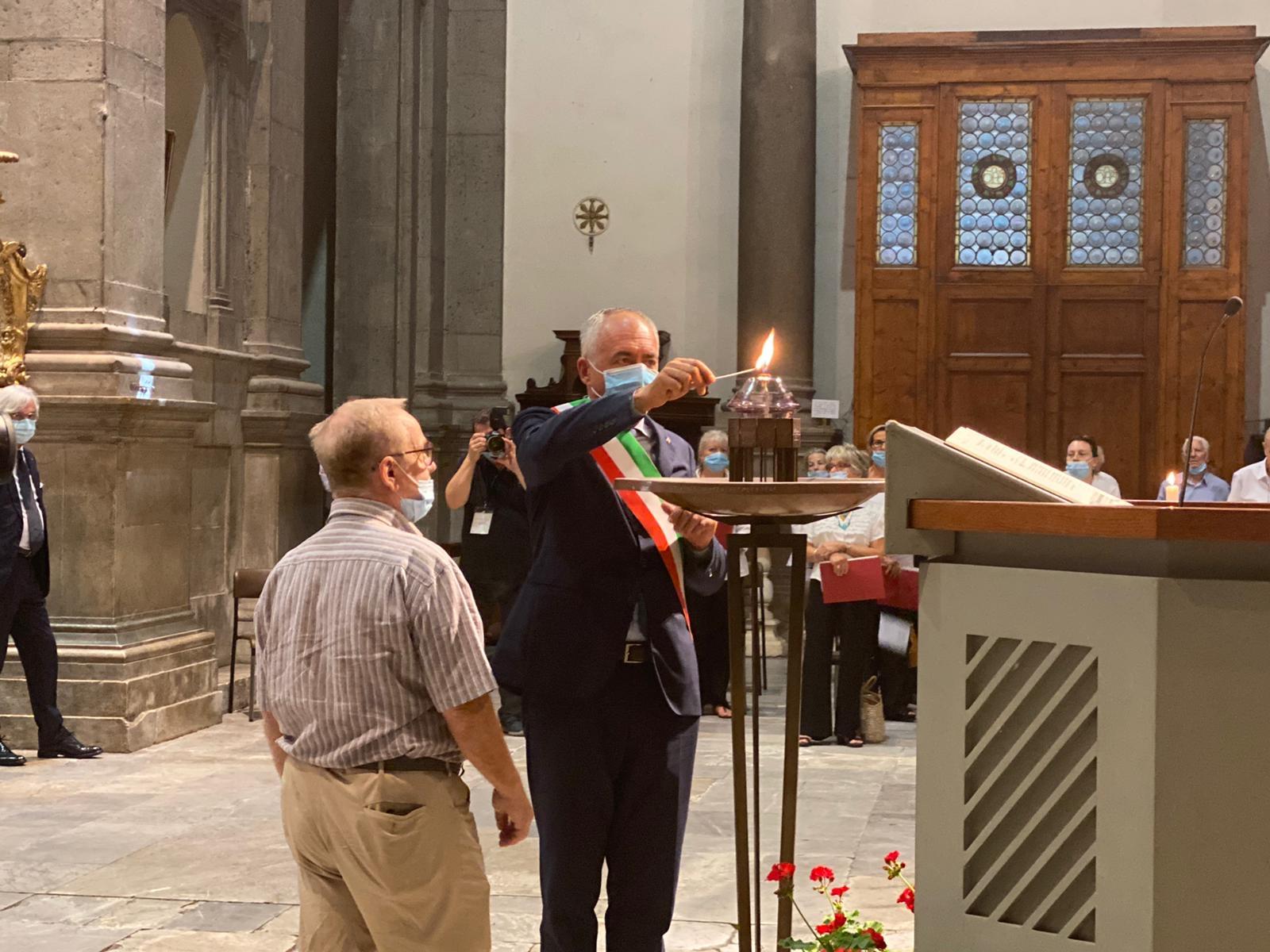 Alberto Coluccini accende la lampada del Santo Patrono