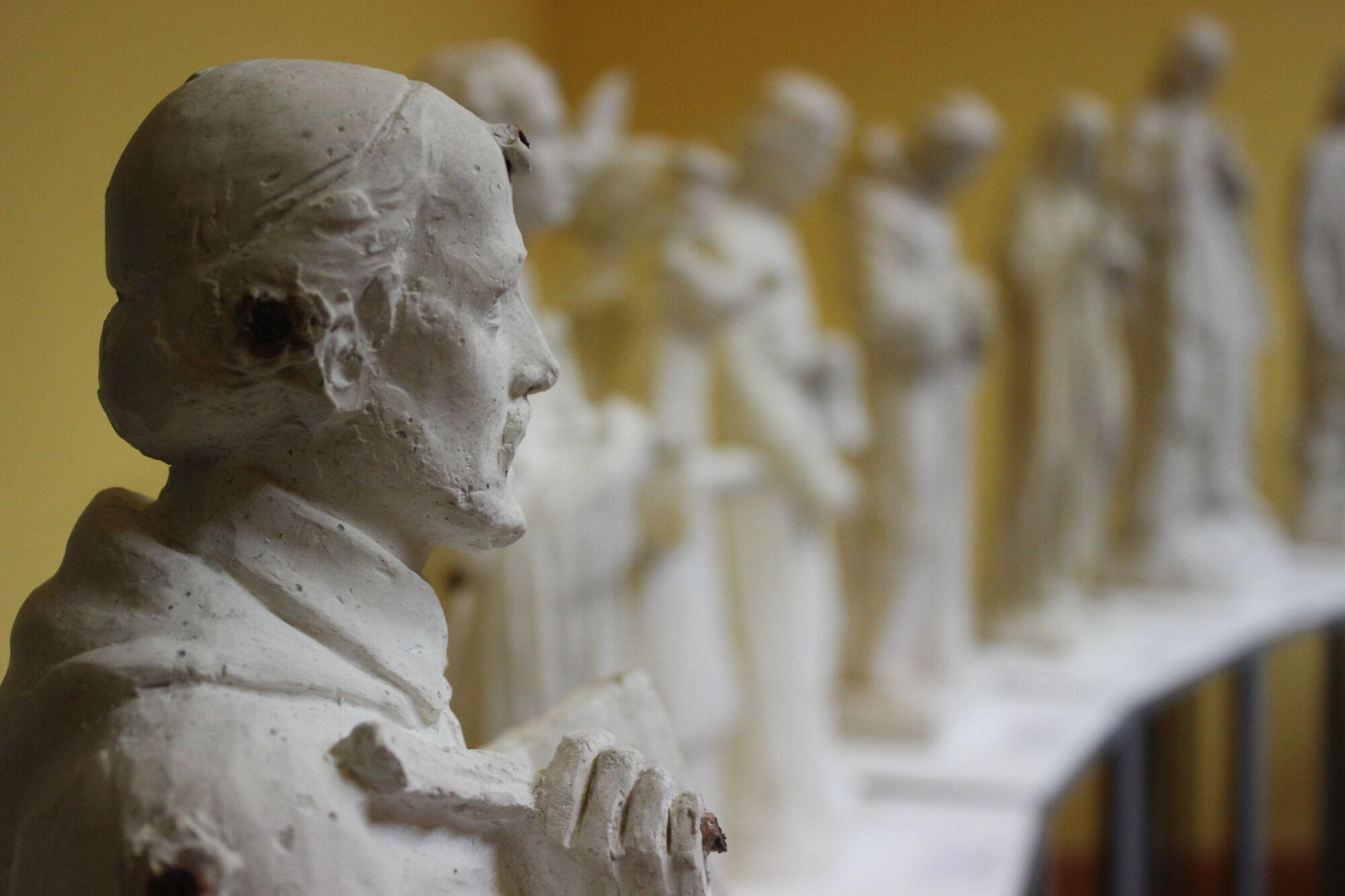 "I bozzetti ""escono"" dal Museo, Don Stefano D'Atri racconta i Santi"