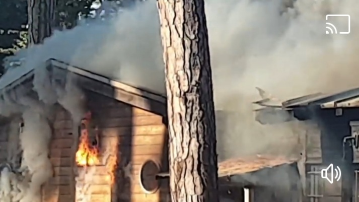 Chiosco a fuoco sul viale dei Tigli: il video