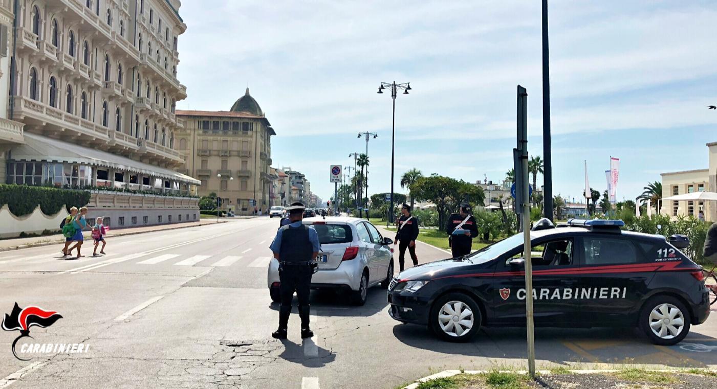 Si aggira con fare sospetto in un condominio a Viareggio e ruba una bici, bloccata dai Carabinieri e trovata con attrezzi da scasso