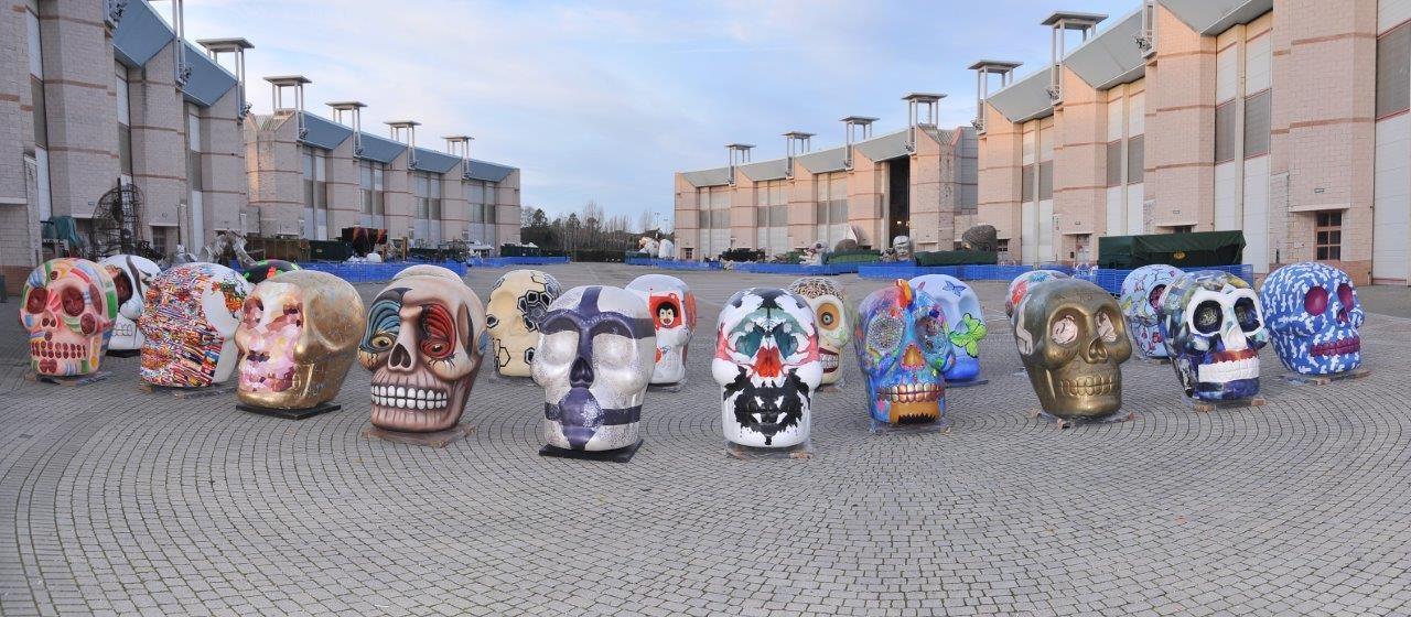 I teschi d'autore, realizzati dagli artisti del Carnevale di Viareggio, in mostra alla Milano Design City
