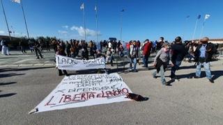 Slogan e striscioni in piazza Mazzini a Viareggio contro il Dpcm che chiude centinaia di imprese