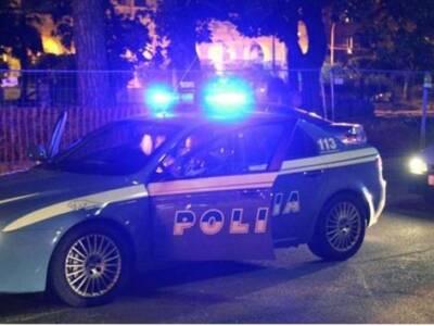 Danneggia le auto in sosta e minaccia gli agenti