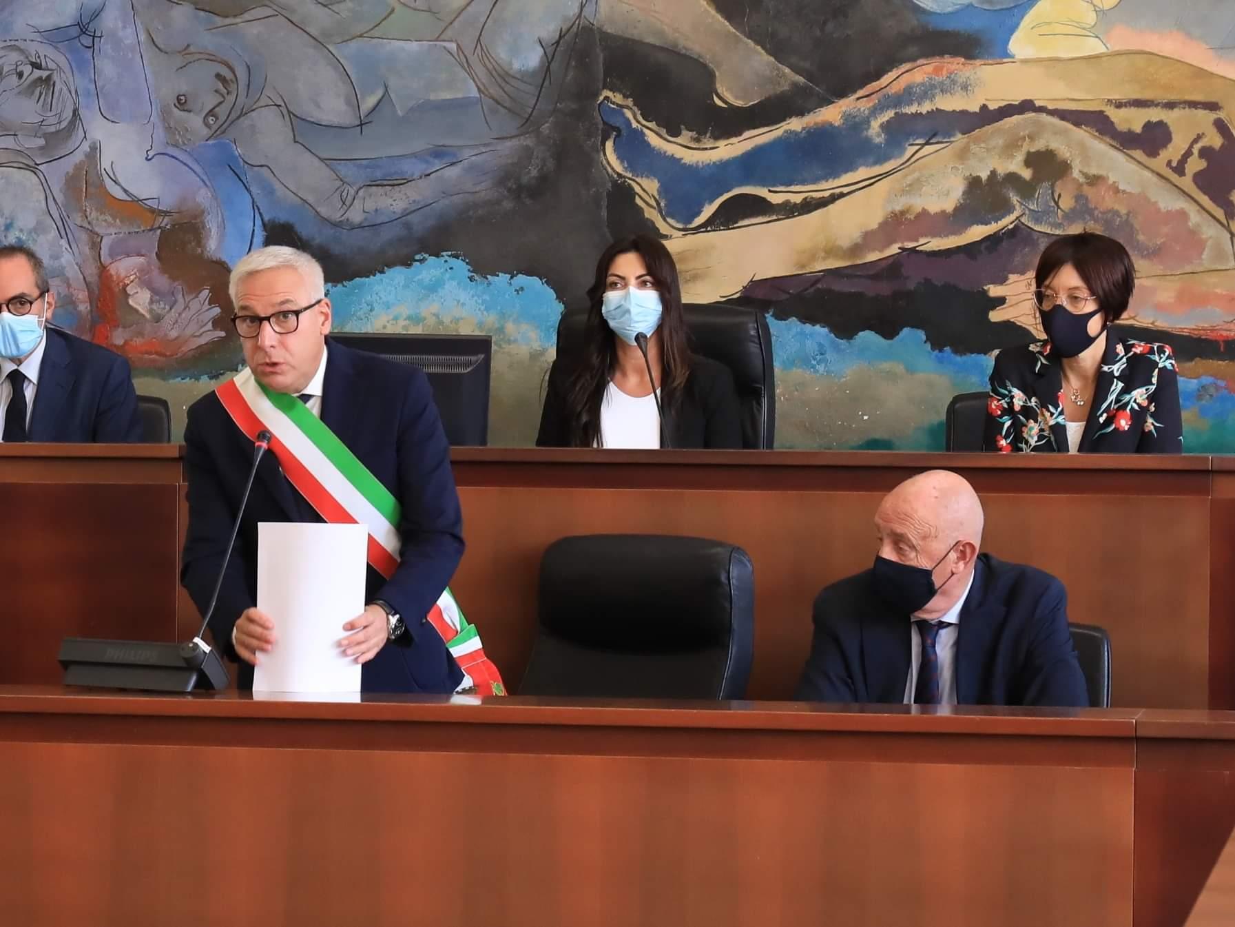 I fumi della campagna elettorale sulla prima assise. Giorgio Del Ghingaro giura, si insedia e illustra le linee programmatiche