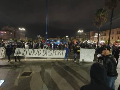 """""""Io vivo di sport"""". Manifestazione a Viareggio contro la chiusura delle palestre"""