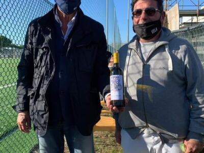 Una bottiglia di vino per la solidarietà, in campo anche Marcello Lippi e l'assessore Salemi