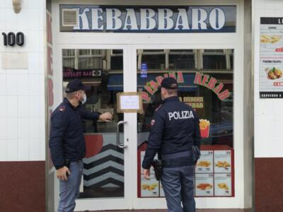 Assembramenti fuori il locale, chiuso il kebabaro di via Aurelia