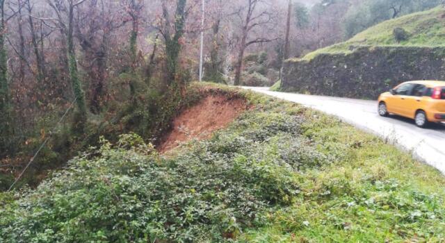 Smottamento sulla strada della montagna