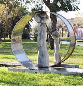 """Arte: risorgono i """"I tre pugni"""" di Cortina, restauro anche per la celebre cornice di Nall"""