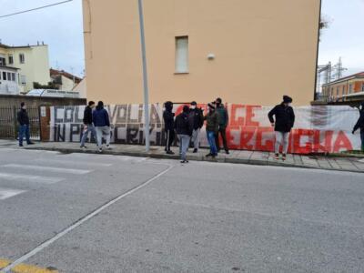 Vergogna! Striscione di protesta davanti la Croce Verde