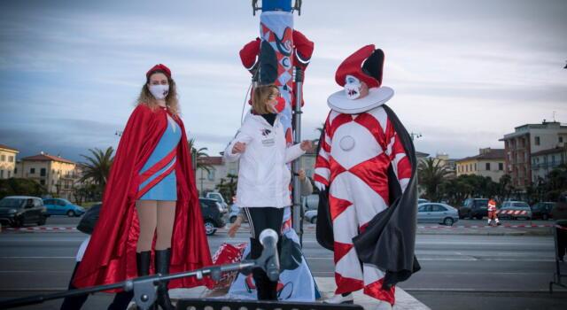 Carnevale di Viareggio, le immagini dell'alzabandiera
