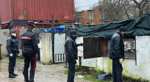 Vivevano come nelle favelas: blitz di carabinieri e municipale