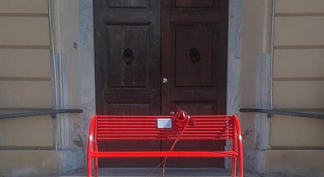 Associazione dona una panchina rossa. Comune chiuso e amministrazione assente.