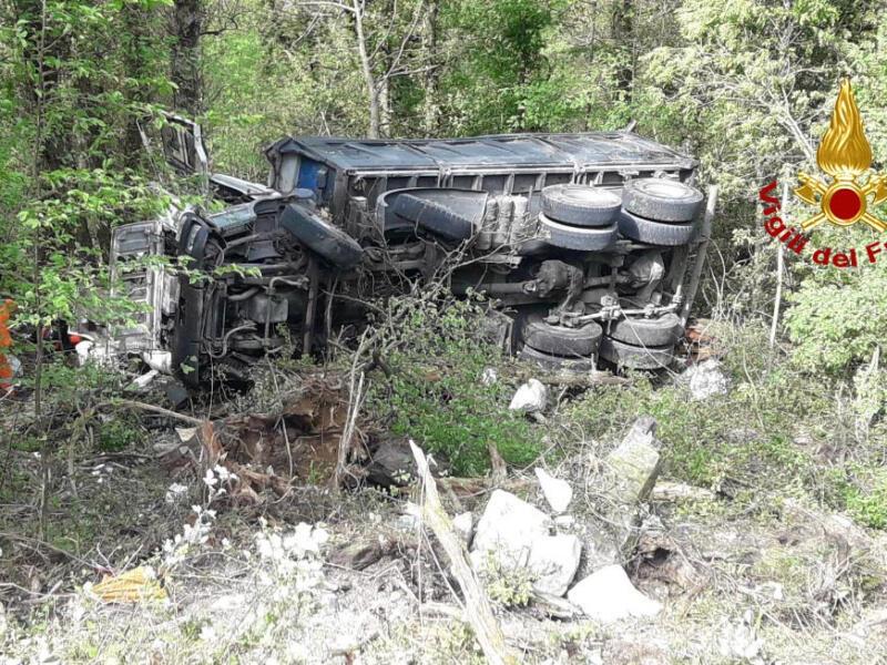 Col camion carico di pietre in dirupo di 40 metri: ferito conducente