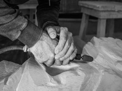 Marble Bench Creativity Challenge: la panchina realizzata con i preziosi scarti di marmo della Chiesa di Papa Giovanni XXIII in mostra al Centro Arti Visive