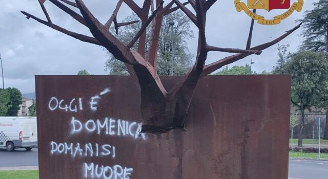 """Installazione artistica """"Oltre le radici"""" a Lucca imbrattata dal suo stesso autore"""
