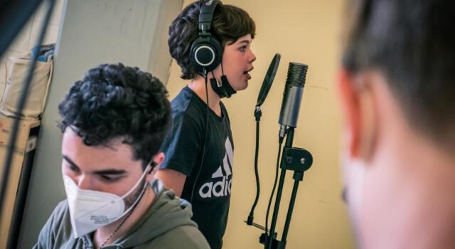 I giovani rapper del progetto I.COM in sala di registrazione per incidere i loro brani contro il razzismo