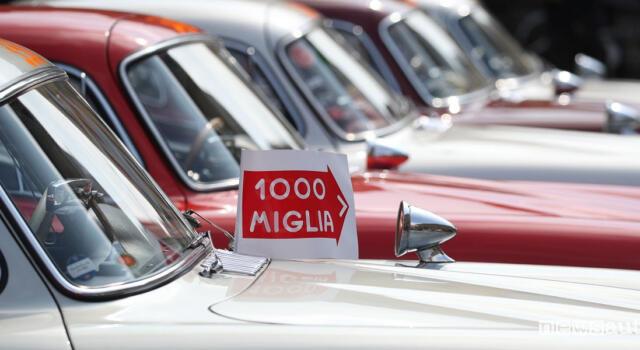 Pietrasanta saluta la Mille Miglia con l'esposizione di auto e moto d'epoca