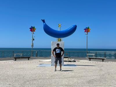 """""""The Blue Banana"""" (3 metri) di Giuseppe Veneziano anche sul rotonda del pontile di Tonfano"""