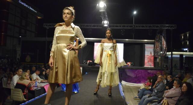 Un successo la sfilata di moda sul lungomare. Stasera ancora fashion week