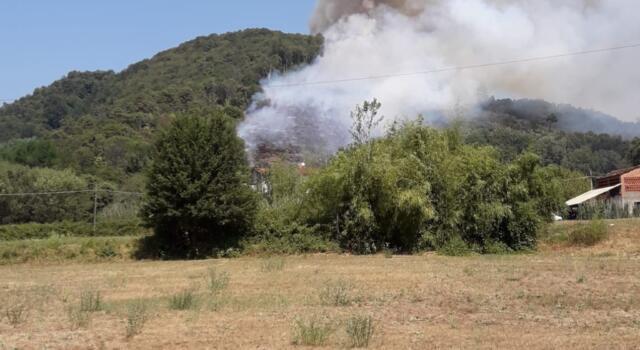 Fiamme a Camaiore, tre elicotteri in azione