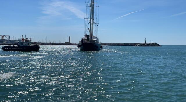 Barca a vela incagliata all'esterno del porto di Viareggio, intervenuta la Guardia Costiera