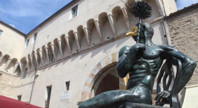 Arte: restaurate le sculture di Miozzo e Sheppard, turisti e curiosi salutano il ritorno in Piazza Carducci