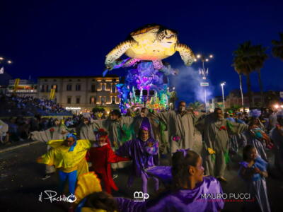 Carnevale Universale, le immagini del corso in notturna negli scatti di Mauro Pucci