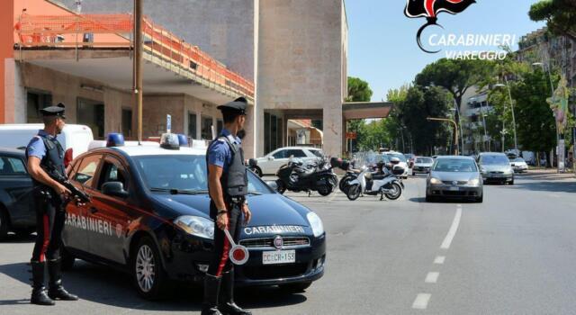Armato di coltello rapina un passante, arrestato dai carabinieri